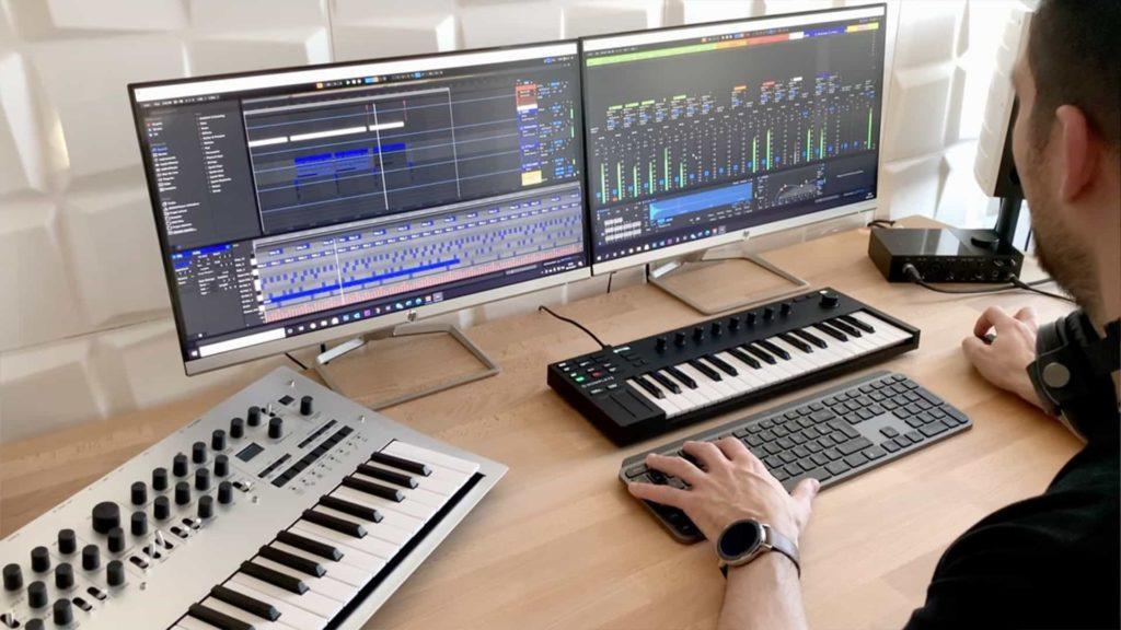Producteur de musique avec ordinateur et instruments électroniques