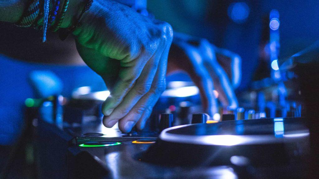 DJ en train de mixer