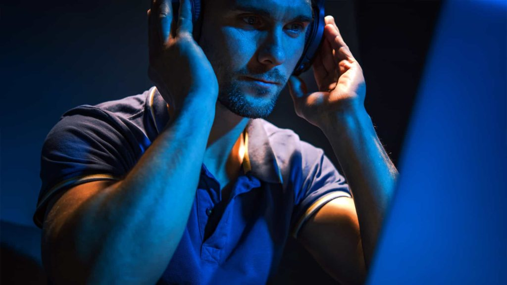 producteur musical qui écoute de la musique au casque