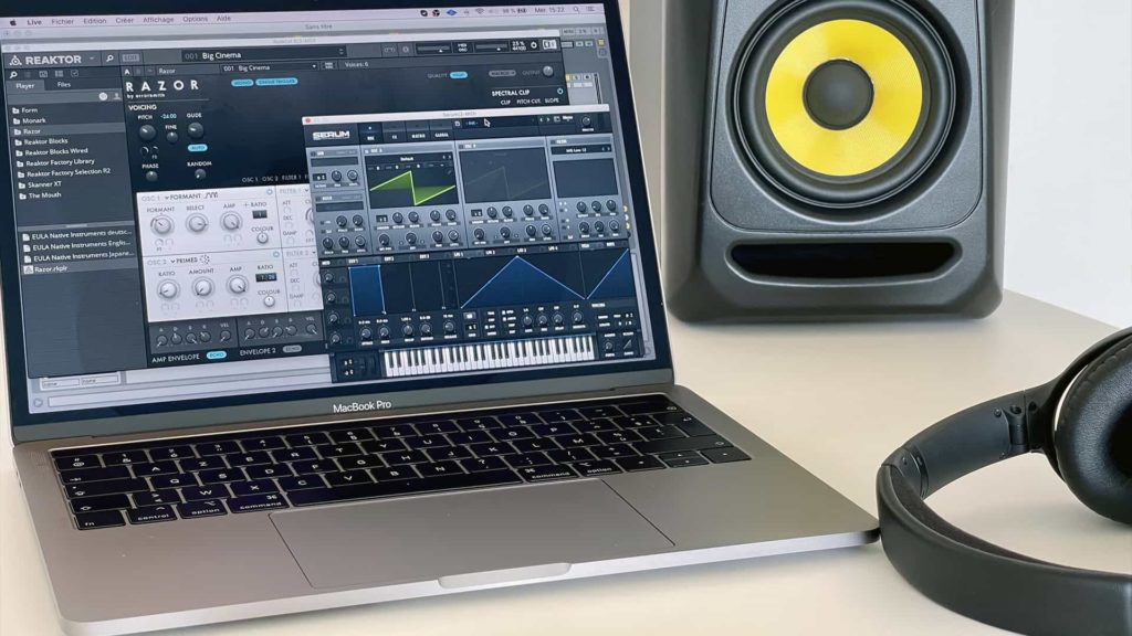 ordinateur pour production musicale avec enceinte et casque